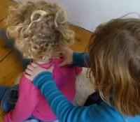 Donner le massage ou le recevoir, les enfants sont ravis et reproduisent ses mouvements en famille.