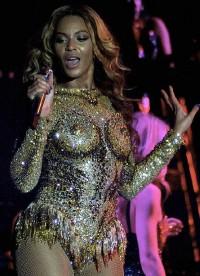 Beyoncé dévoile ses faux seins lors de son premier concert de Mrs Carter World Tour au Kombank Arena de Belgrade en Serbie