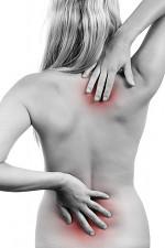 La douleur dans la partie droite du dos rendant à la main droite